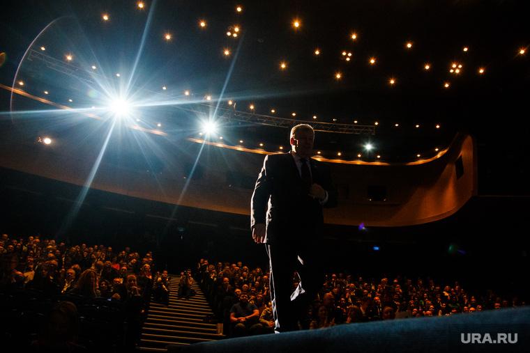 Церемония награждения «Человек года-2016». (ПЕРЕЗАЛИТО) Екатеринбург, театр, зал, тюз, звезда, аншлаг, селебрити, огни, силуэт, путь к славе