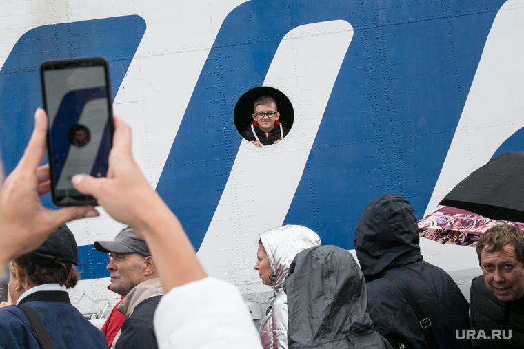 Авиашоу в аэропорту Плеханово. Тюмень, авиашоу, дети, снимает на телефон, urair