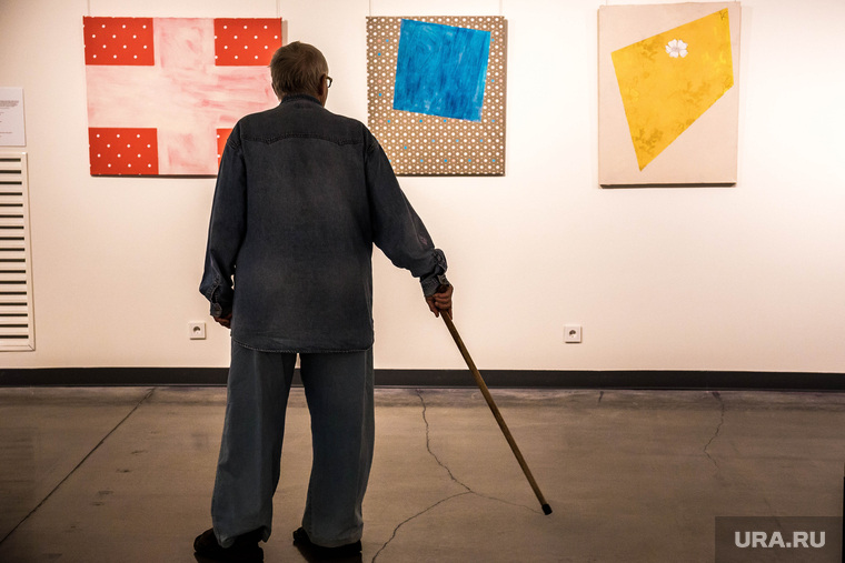 Выставка «Новая живопись Екатеринбурга», выставка, пенсионер с палочкой