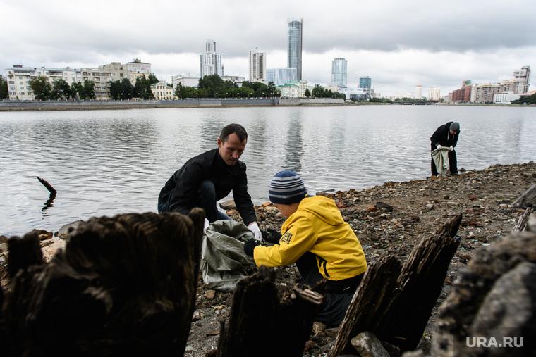 Горожане чистят берег обмелевшего пруда. Екатеринбург, экология, берег, уборка мусора, город екатеринбург, чистка берега, экологическая акция