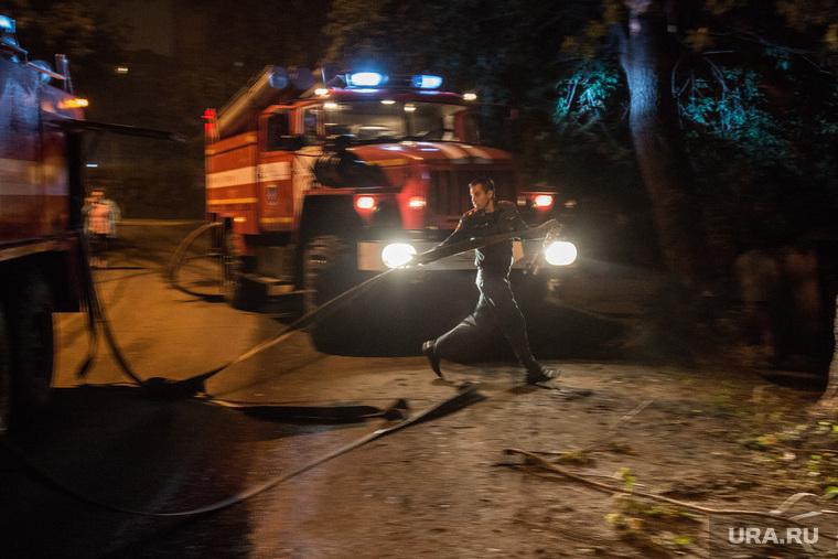 Тушение пожара по ул. Зеленая. Тюмень, пожарная машина, пожарные, свет фар