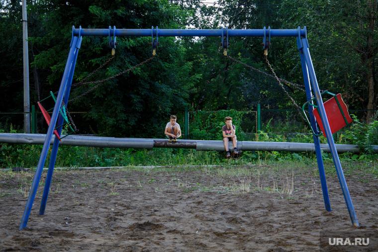 Виды Перми, двор, дети гуляют, игровая площадка, детская площадка, дети, качели