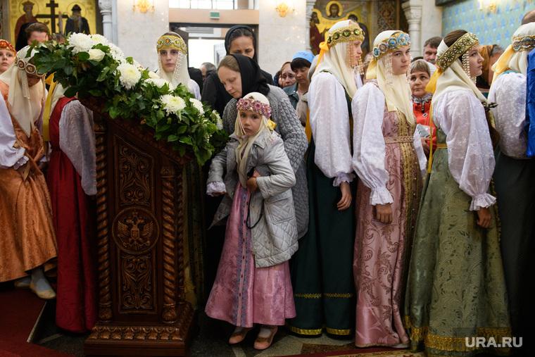Мощи святителя Спиридона Тримифунтского в Храме на крови. Екатеринбург, народный костюм, девушки, очередь