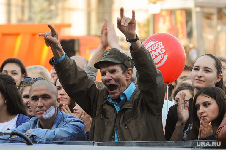 Почетные граждане города на праздничном концерте. Челябинск, крик, гримаса, жест коза