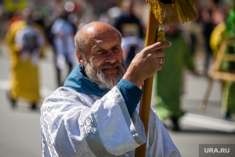 Крестный ход к месту строительства Троицкого собора в праздник Святой Троицы. Сургут, служитель церкви
