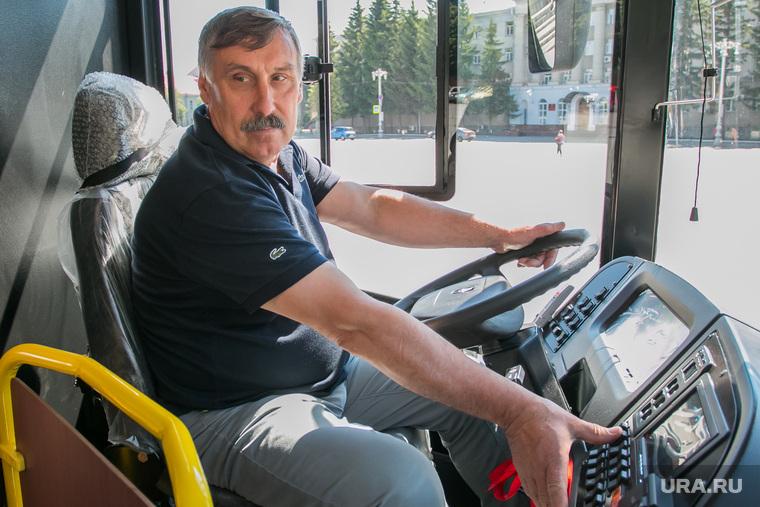 Передача низкопольных автобусов. Курган, водитель автобуса, кавз