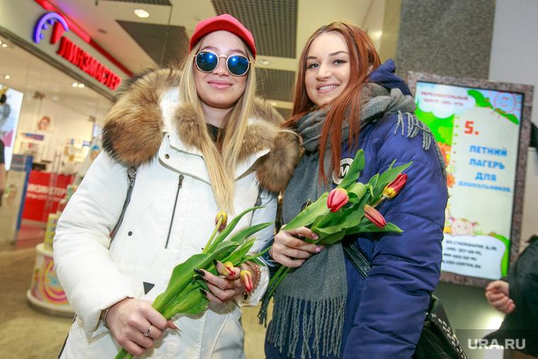 """Цветочная акция студентов """"Вам любимые!"""" в Международный женский день 8 марта у метро Новогиреево. Москва, тюльпаны, 8марта, девушка в очках, международный женский день, цветы"""