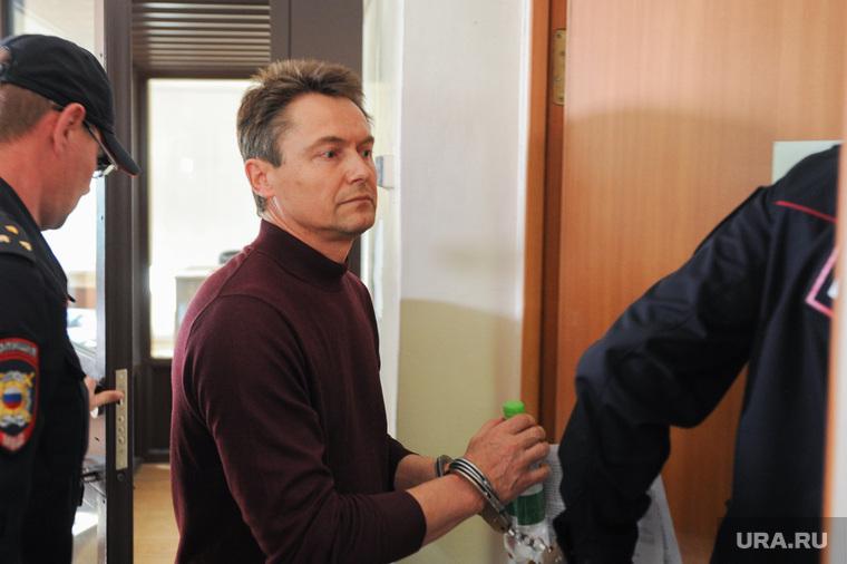 Арест экс-мэра Миасса Геннадия Васькова обвиняемого в превышении должностных полномочий. Челябинск, конвой, васьков геннадий, наручники, полиция