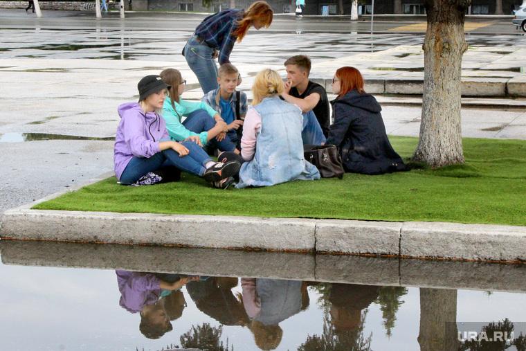 Молодежь в городе (дождь)Курган, молодежь, лужа