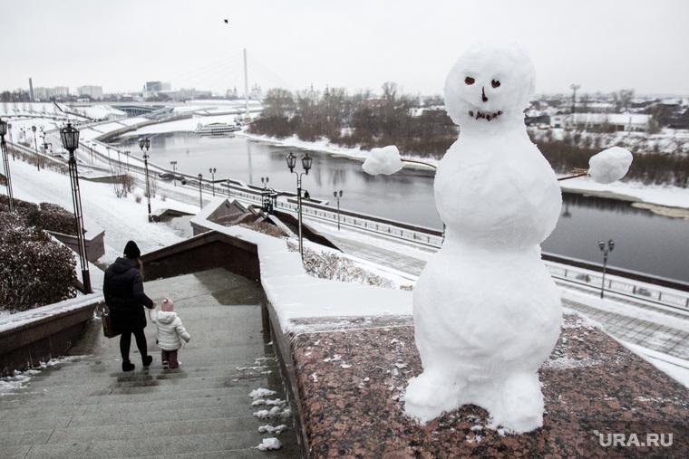Снежные виды города. Тюмень, снеговик, набережная тюмени