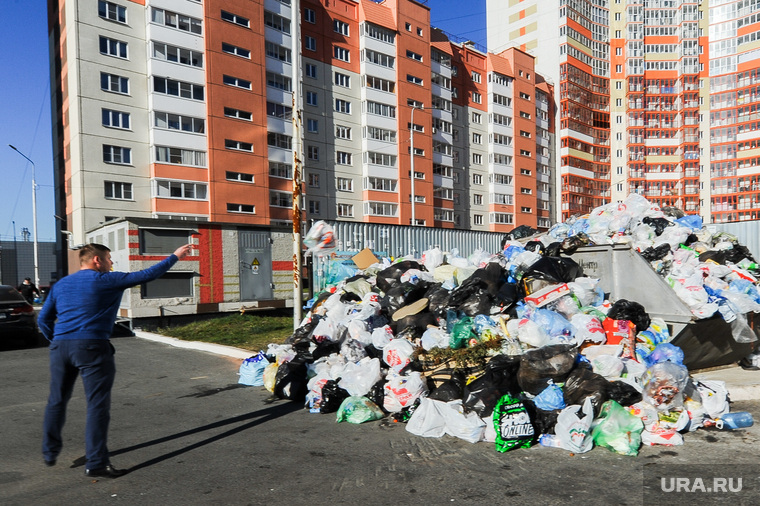Мусорные кучи. Челябинск, жилые дома, мусорные кучи, помойки