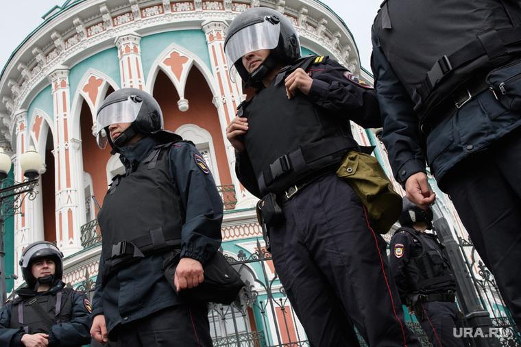 Задержания участников митинга против пенсионной реформы в Екатеринбурге, дом севастьянова, беспорядки, безопасность, полиция, охрана правопорядка, усиление мер безопасности, оцепление