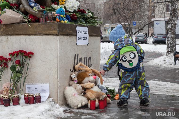 """Акция памяти погибших при пожаре в Кемерове в ТЦ """"Зимняя вишня"""", одиночный пикет, Тюмень, памятник, ребенок, цветы, игрушки, траур, свечи"""