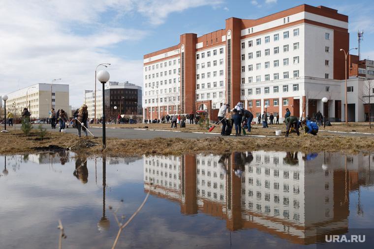 Правительственный субботник у Госпиталя ветеранов всех войн. Екатеринбург , поликлиника, отражение в воде, госпиталь ветеранов войн