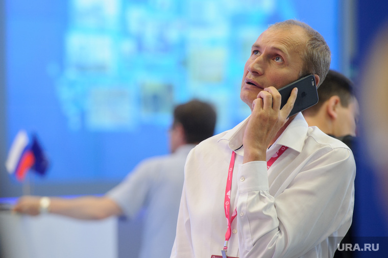 ИННОПРОМ-2018. Второй день международной выставки. Екатеринбург, федяков сергей, говорит по телефону