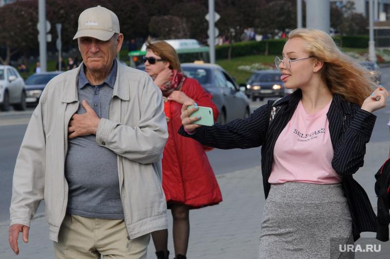 Виды Екатеринбурга, девушка, молодость, селфи, показывает язык, старость