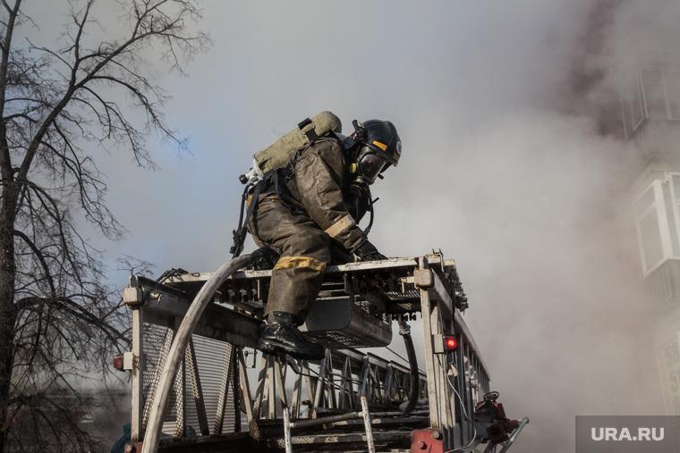 Пожар памятника архитектуры по ул. Семакова 8. Тюмень, пожар, пожарная лестница, пожарные, мчс
