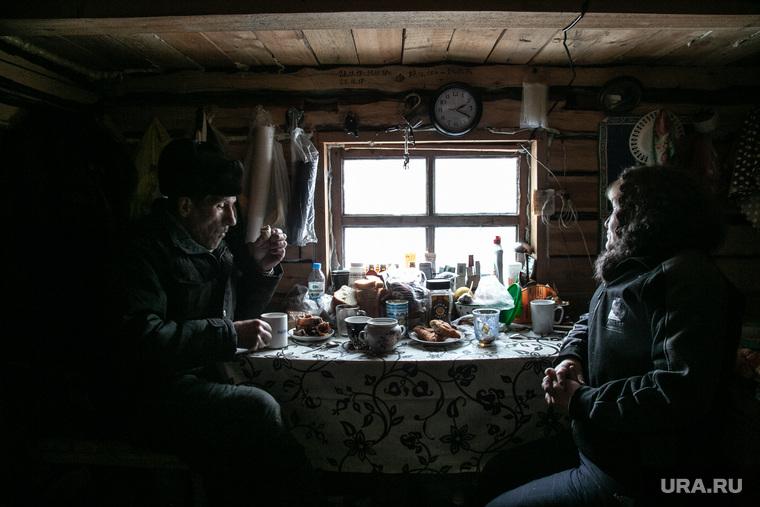 ЗаболотьеТюменская область., накрытый стол, окно, деревенский быт