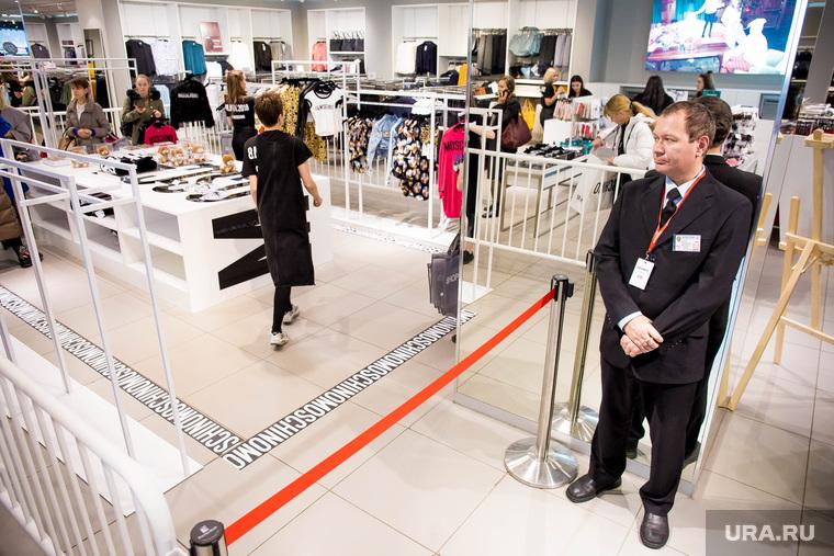 Начало продаж коллекции Moschino x H&M в Гринвиче. Екатеринбург, охрана, красная ленточка, магазин одежды