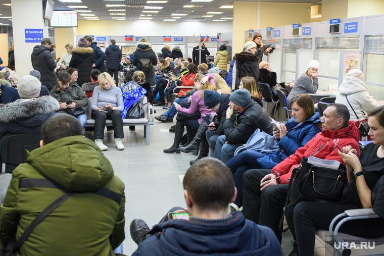 Родители подают документы в МФЦ на поступление детей в первый класс. Екатеринбург, ожидание, очередь