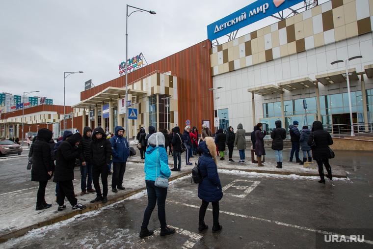 Эвакуация торговых центров после сообщения о минировании. Сургут, эвакуация, тц аура