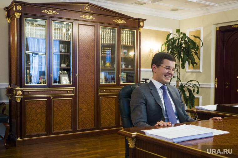 Интервью с врио губернатора ЯНАО Дмитрием Артюховым. Салехард, книжный шкаф, артюхов дмитрий