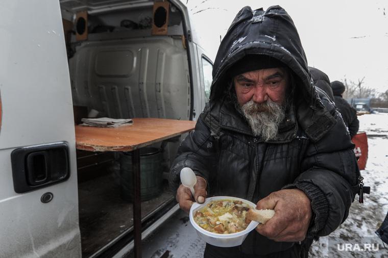 Кормление бездомных и малоимущих граждан благотворительной организацией. Челябинск