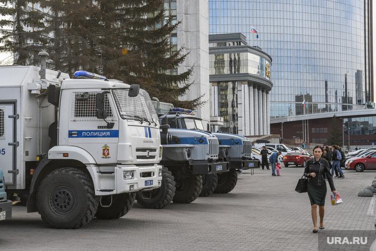 Третий день протестов против строительства храма Св. Екатерины в сквере около драмтеатра. Екатеринбург