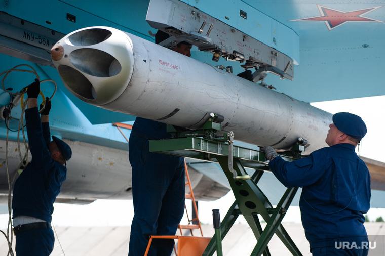 Летно-тактические учения многофункционального истребителя-бомбандировщика СУ-34 на аэродроме Шагол. Челябинск