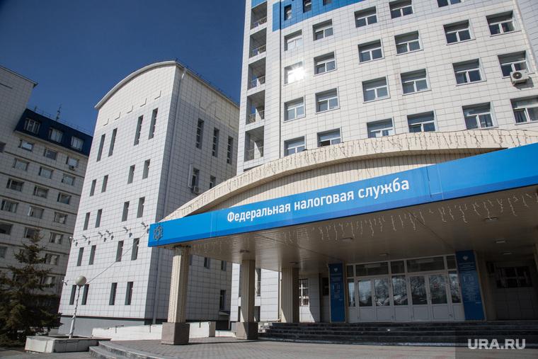 Овраг, на месте которого планируют построить общежитие университета. Здание ФНС и здание ФСБ.