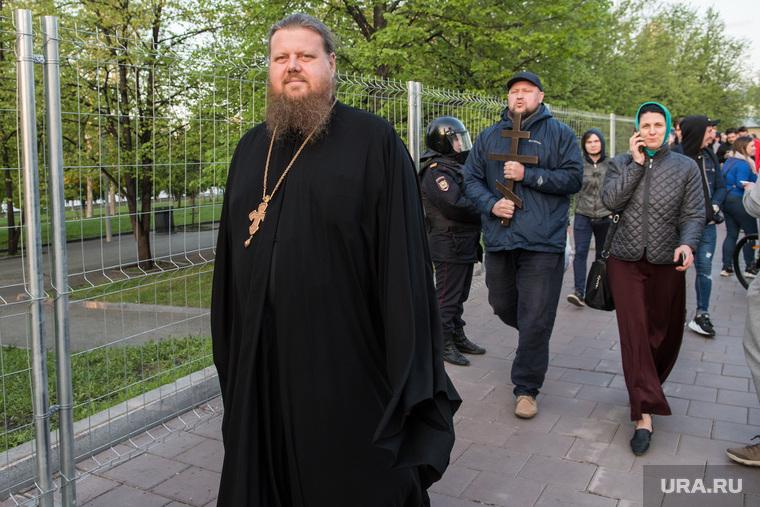 Второй день протестов против строительства храма Св. Екатерины в сквере около драмтеатра. Екатеринбург