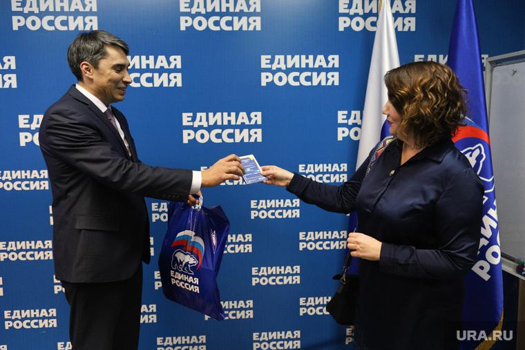 Вручение сувениров от ura.ru. Курган