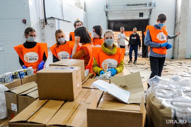 Волонтеры собирают продовольственные пакеты пенсионерам. Челябинск