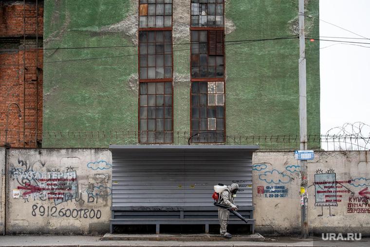 Санитарная обработка остановок общественного транспорта во время пандемии коронавируса COVID-19. Екатеринбург