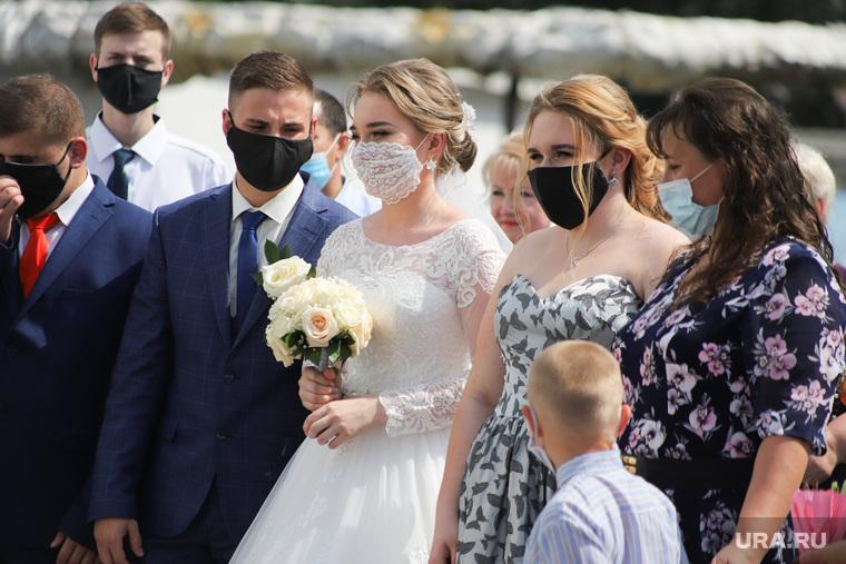 Бракосочетание в день семьи, любви и верности во время коронавируса. Курган