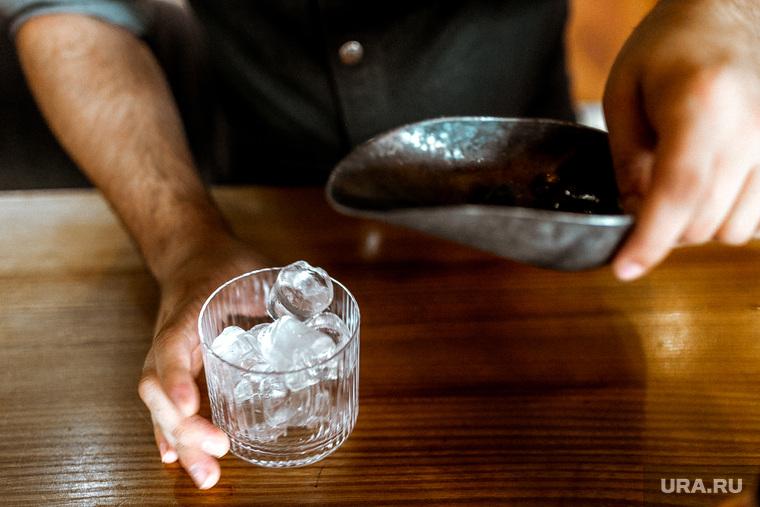 Максим Ягольник, приготовление коктейлей в ресторане Молодость. Тюмень.