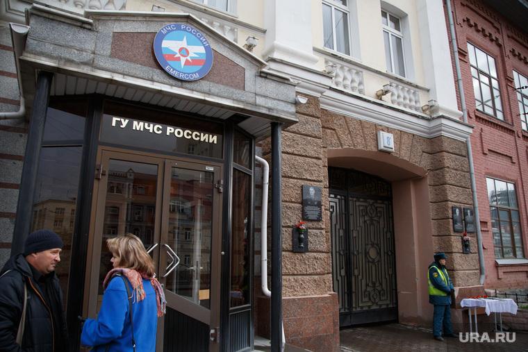 Цветы у входа в МЧС. Екатеринбург
