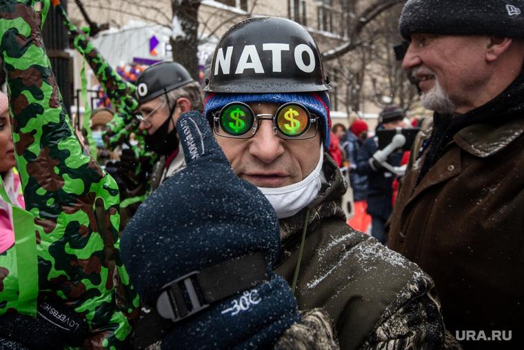 Несанкционированная акция «Цепь солидарности» в день Святого Валентина вдоль улицы Старый Арбат. Москва