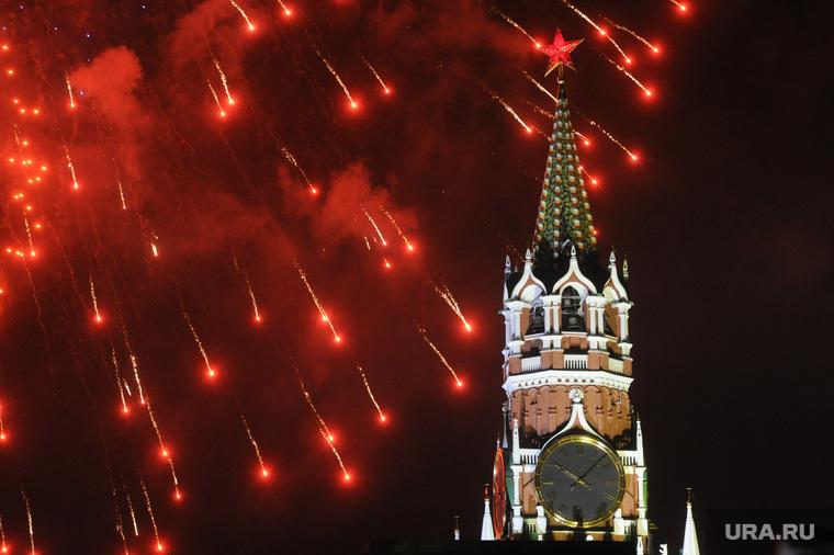 Концерт и салют на Красной площади. Москва, праздник, спасская башня, салют
