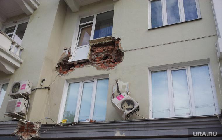 В перми обвалился балкон жилого дома.