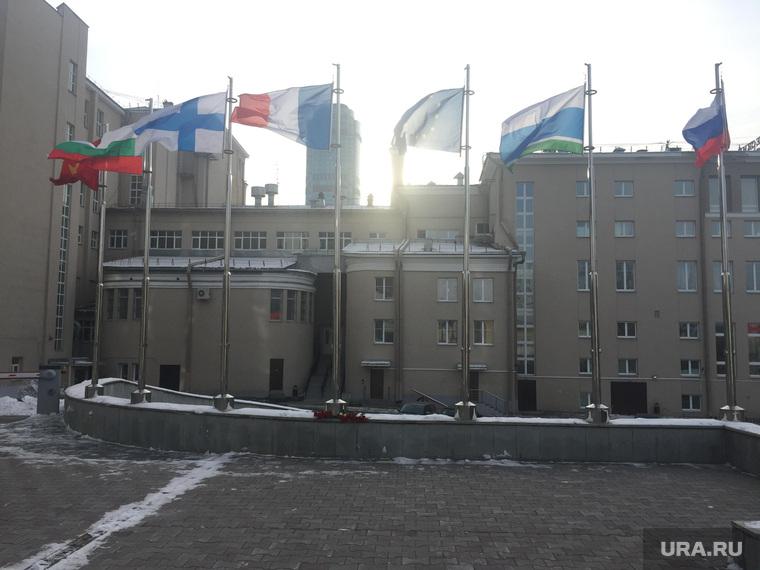 Екатеринбуржцы принесли цветы к генконсульству Франции в Екатеринбурге