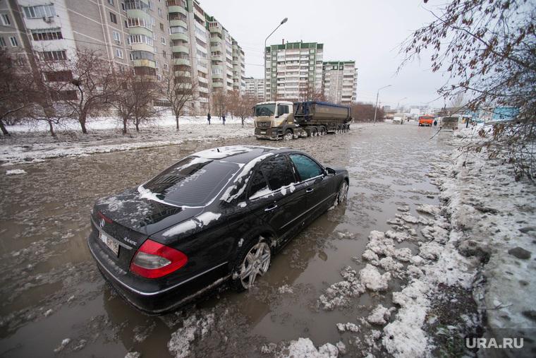 Коммунальная авария на Крестинского. Екатеринбург, коммунальная авария, жкх, прорыв водовода