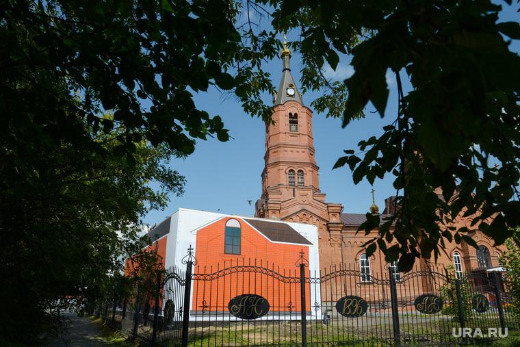 Проблемный гараж, закрытый баннером у собора Александра Невского в городе Курган, собор александра невского, гараж, баннер на гараже у собора
