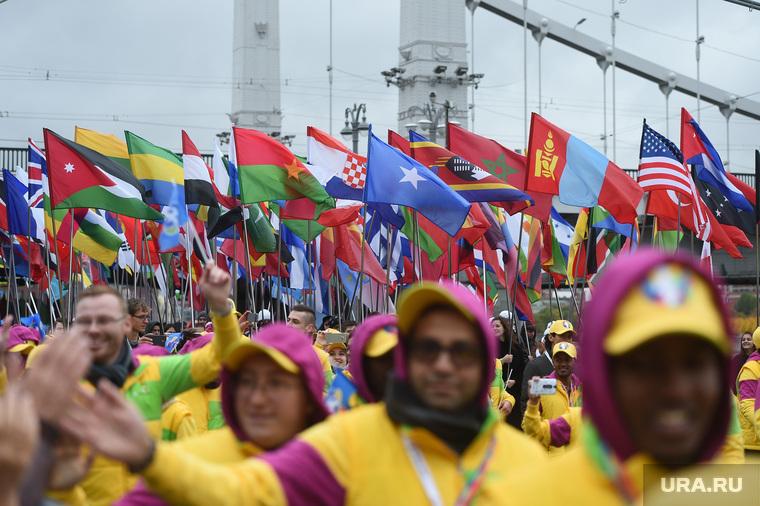 Парад-карнавал участников Всемирного фестиваля молодежи и студентов. Москва, флаги