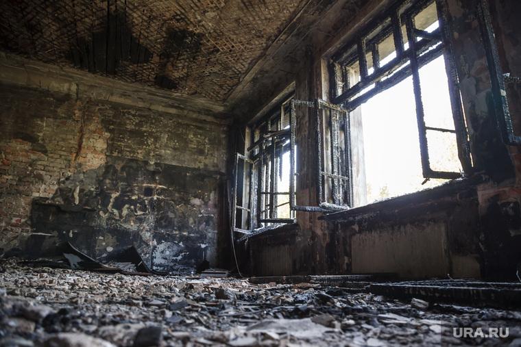 Заброшенное здание бывшей вечерней школы по адресу: ул. 22-го Партсъезда, 8. Екатеринбург, разбитые окна, пепелище, разруха
