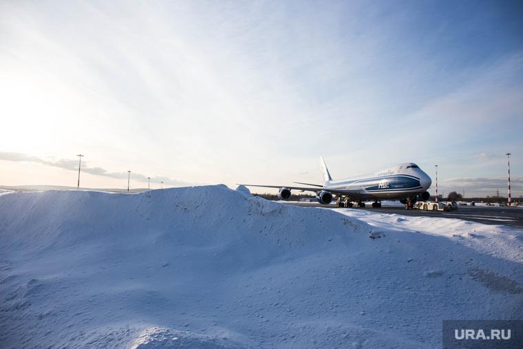 Прибытие рейса из Амстердама в Кольцово с цветами на борту. Екатеринбург, взлетная полоса, снег, самолет