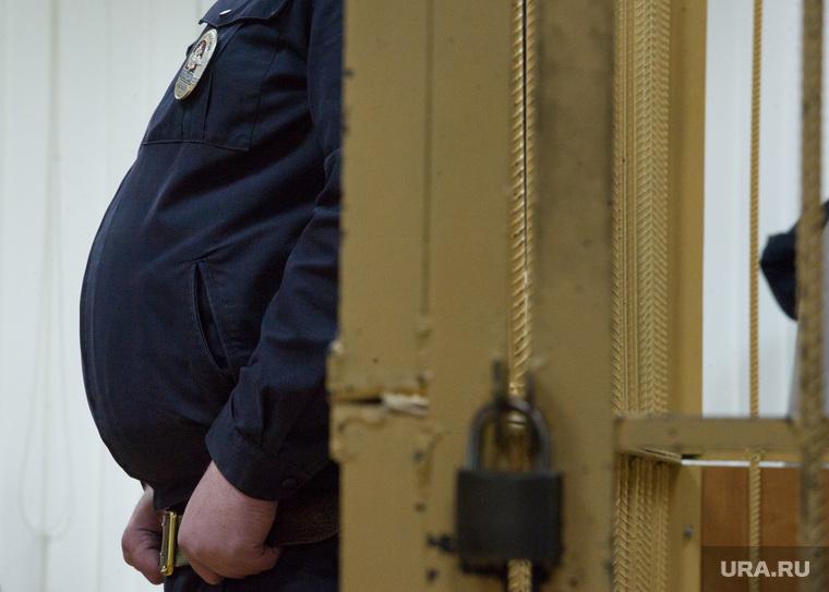 Судебный процесс по делу Олега Дудко, заседание от 6 июня. Екатеринбург, полицейский, конвой, клетка, арест, фигура, полиция, судебный процесс, живот