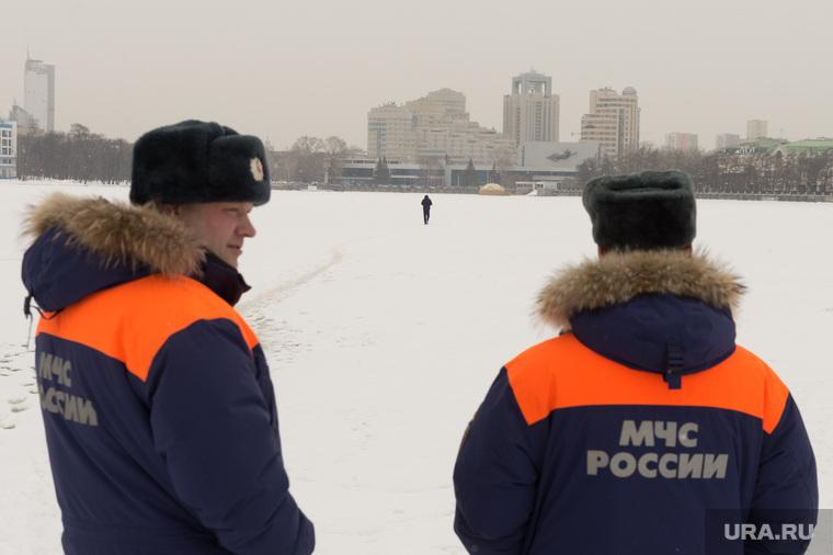 Сотрудники МЧС наблюдают за людьми, переходящими Исеть по льду. Екатеринбург, лед, ккт космос, река исеть, мчс, человек на льду