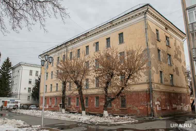 Здание в центре города, не включенное в программу капремонта. Курган, фасад здания аварийный, улица гоголя55а