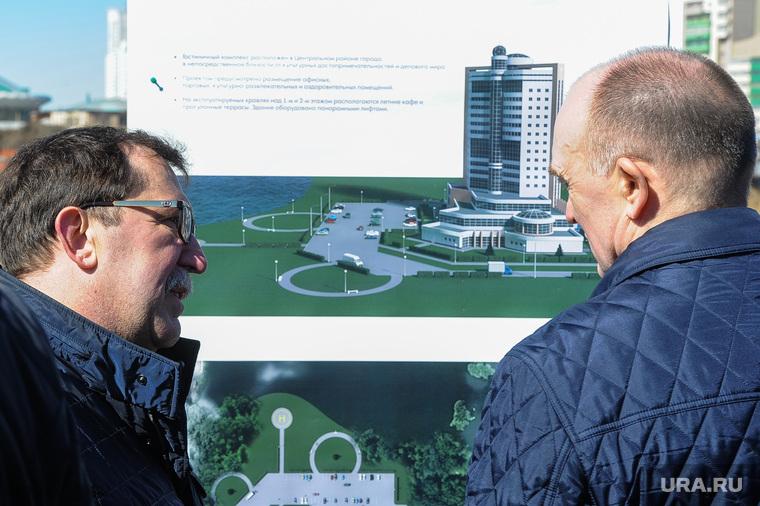 Обход Борисом Дубровским мест строительства конгресс-холла на набережной реки Миасс возле цирка. Челябинск